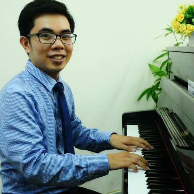 thầy giáo dạy piano